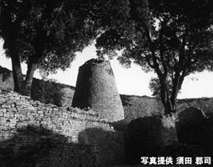 アフリカにおいて、サハラ砂漠以南で最大の石造遺跡「グレートジンバブエ」 世界遺産にも登録されている。ショナ族の王国がここにあり、11世紀~13世紀頃に金の貿易などで最盛期を迎えた。この頃から既に儀式としてのムビラ演奏があったとされている。